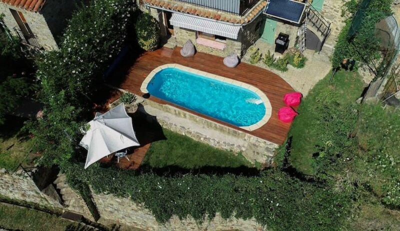 Vue, piscine privée chauffée, calme et confort., holiday rental in Saint-Laurent-de-Cerdans