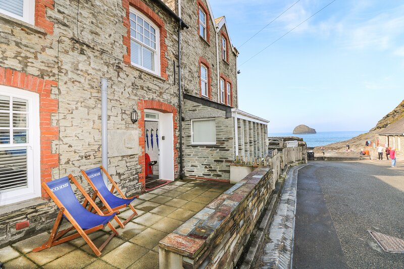 ROCK HOUSE, WiFi, Pet-friendly, Enclosed courtyard, Trebarwith Strand, holiday rental in Trebarwith