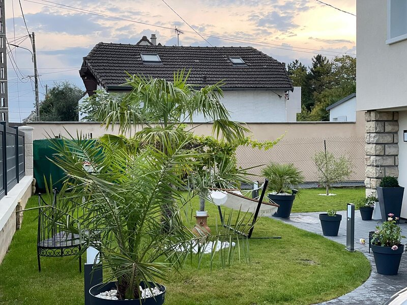Independent house with garden - Airport CDG and Exposition center of Paris, casa vacanza a Drancy