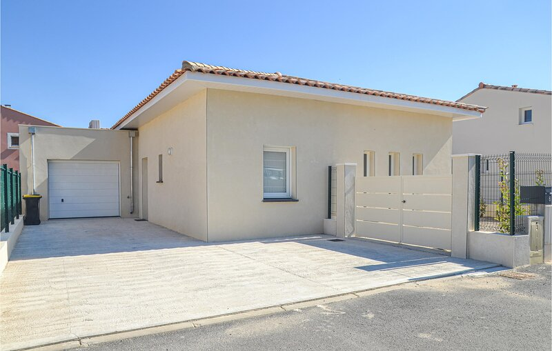 Awesome home in Roujan with Outdoor swimming pool, WiFi and 4 Bedrooms (FLH515), holiday rental in Roujan