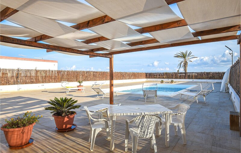 Nice home in Portopalo di Capo Pass with Outdoor swimming pool and 4 Bedrooms (I, alquiler de vacaciones en Portopalo di Capo Passero