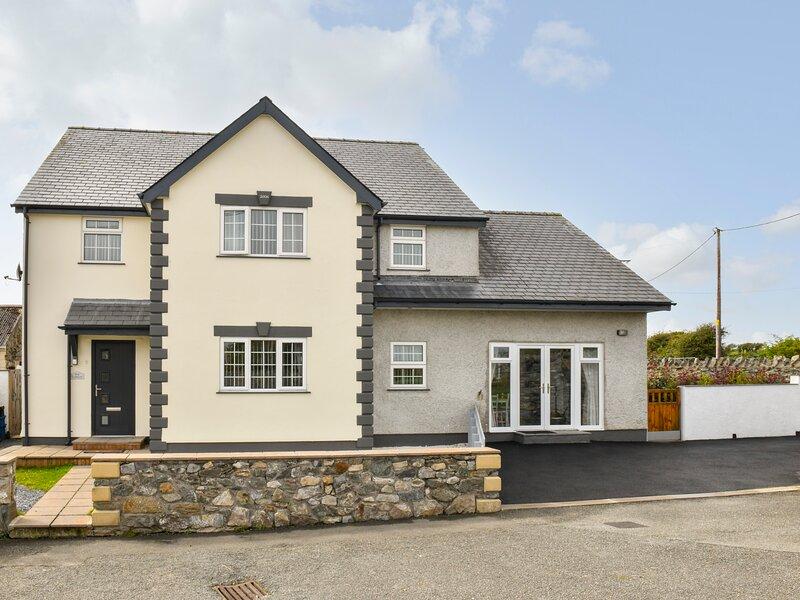 PLAS BACH, mezzanine en-suite bedroom, pet-friendly, WiFi, Ref 945970, holiday rental in Aberffraw