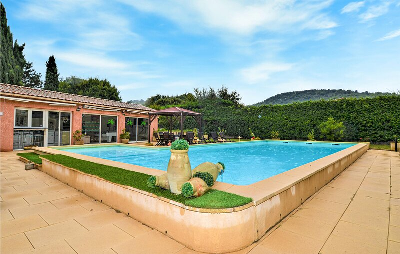 Stunning home in Mondragon with Outdoor swimming pool and 3 Bedrooms (FPV786), vacation rental in Mondragon