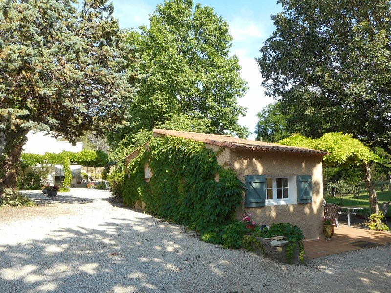 Lovely small independant house in a private parc, casa vacanza a Peyrolles-en-Provence