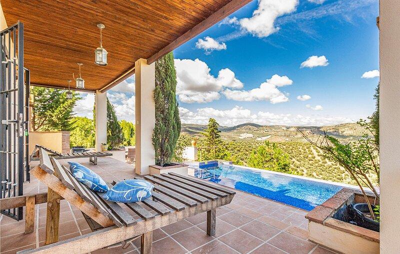 Nice home in Fuente del Conde with Outdoor swimming pool, WiFi and 5 Bedrooms (E, alquiler de vacaciones en Villanueva de Tapia
