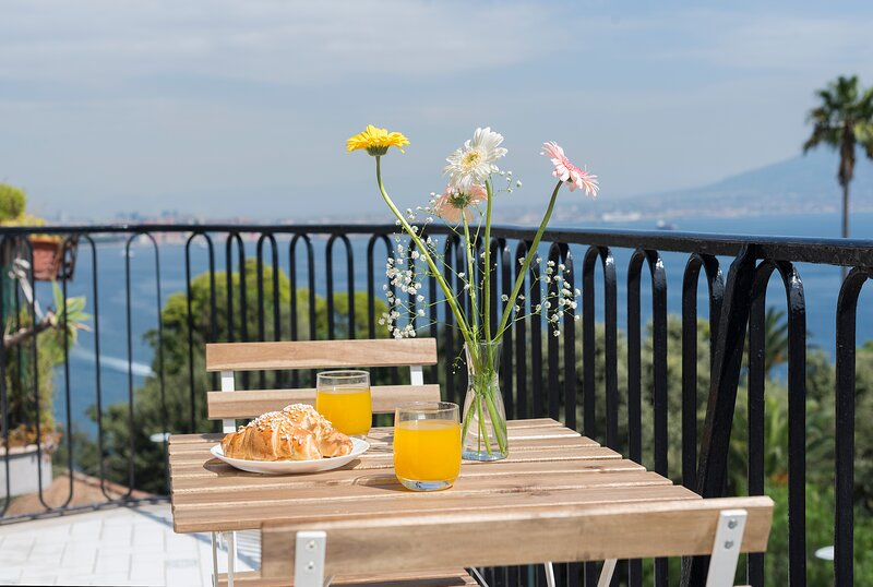 BayView Posillipo, Brand new apartment for 6, stunning view on bay, holiday rental in Fuorigrotta