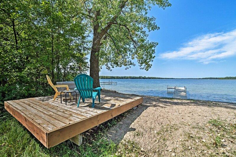 Lakefront Henning Cabin w/ Fantastic Lake Views!, location de vacances à Ottertail