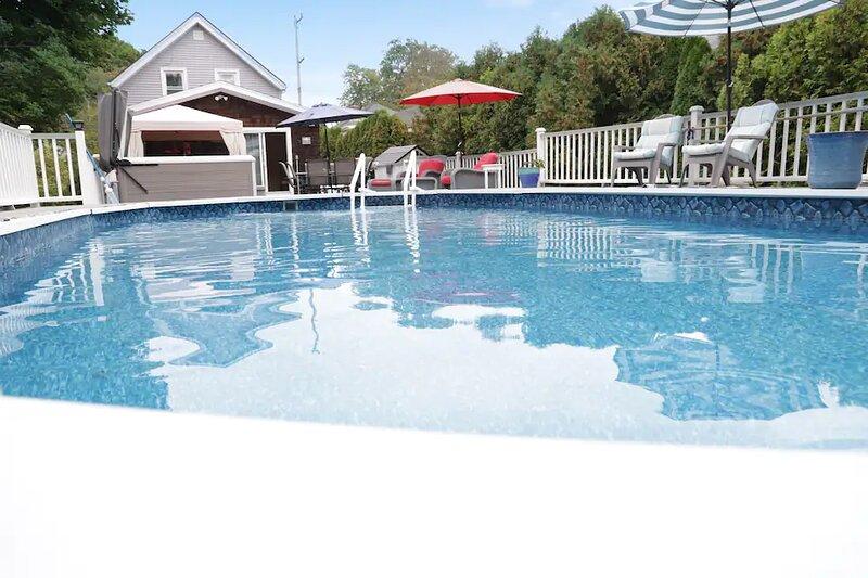 Jamestown: Cozy Cottage Near Town Sleeps 8 W/Pool and Hot Tub, alquiler vacacional en Jamestown
