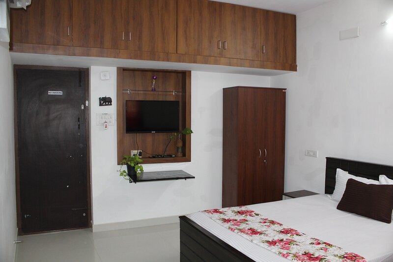 GF - Deluxe - Room with Private Entrance & Kitchen, holiday rental in Chennai District