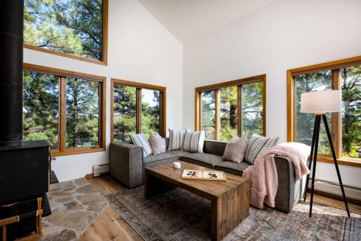 NEW! 3 Level Unique Home! 3 Bedroom/Bathroom Suites! Upper Level Decks-Hot Tub!, holiday rental in Chimney Rock