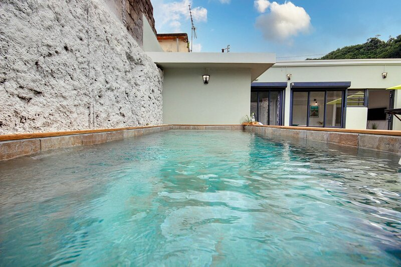 Maison de ville atypique avec piscine, cour intérieure, 2 chambres, mer à 100m, vacation rental in Le Precheur