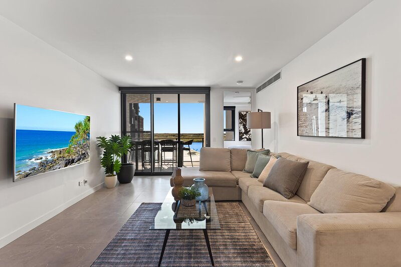 MadeComfy Modern Apartment with Riverfront Views, vacation rental in Maroochydore