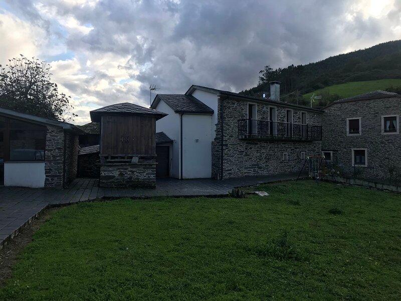 O Refuxio de Jack, casa para desconectar en una encantadora mini aldea,, alquiler vacacional en Grandas de Salime