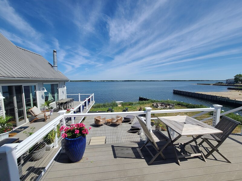 Amazing Hamptons Waterfront Bungalow with private entrance, holiday rental in Laurel