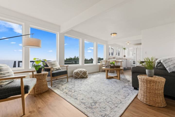 Stunning Coastal Views, Overlooking Oceanside Beach State Park, New Décor and Fu, vacation rental in Tillamook