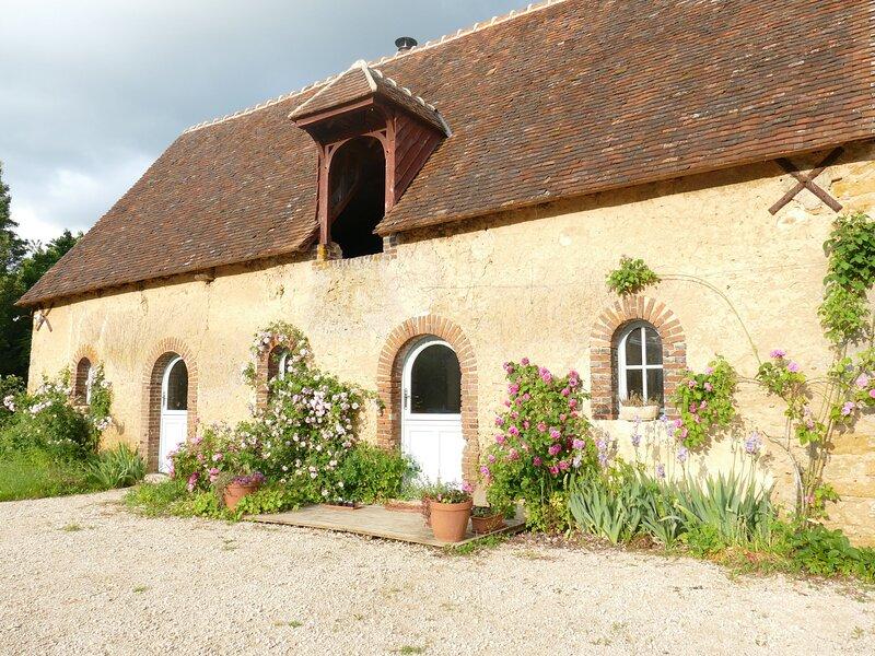 Le cottage et ses rosiers.
