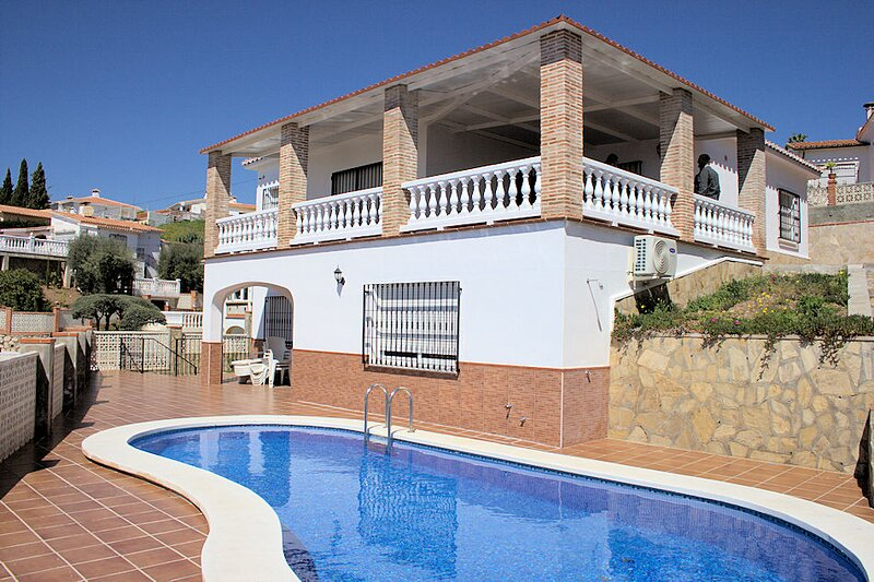 Lovely big villa very close to the beach with beautful seaview, aluguéis de temporada em Benajarafe