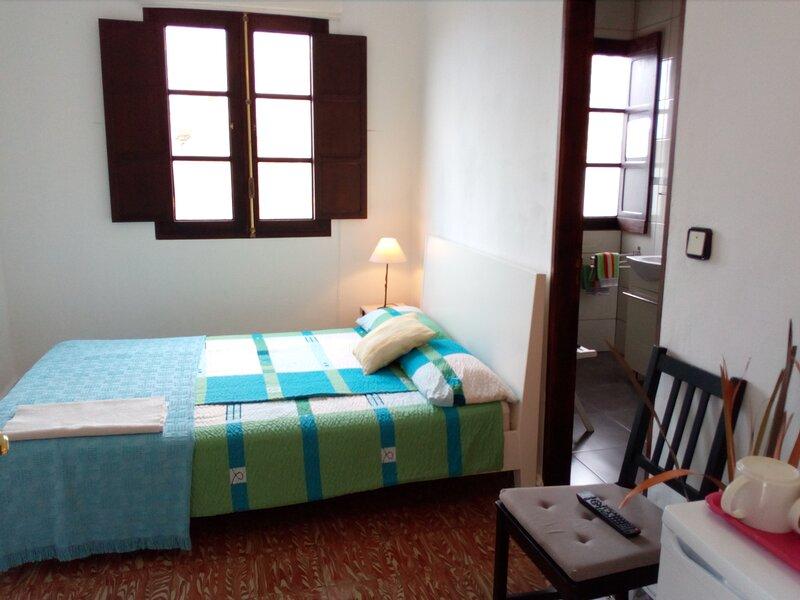 Habitación con propio baño II, aluguéis de temporada em Hermigua