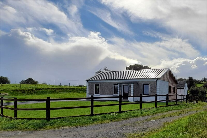 Cosy Wood Country Cottage, with garden In Ireland, location de vacances à Foxford