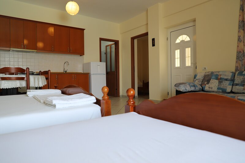 Triple Room with Mountain View, holiday rental in Borsh