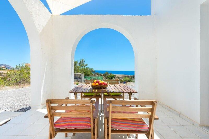 Nice house near the beach & terrace, location de vacances à Kiotari