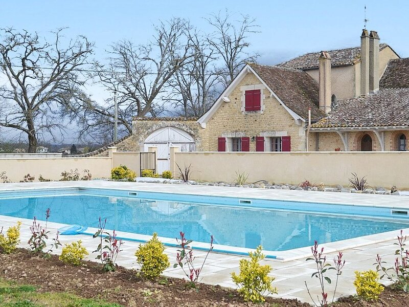 Spacious villa with swimming-pool, holiday rental in Saussignac
