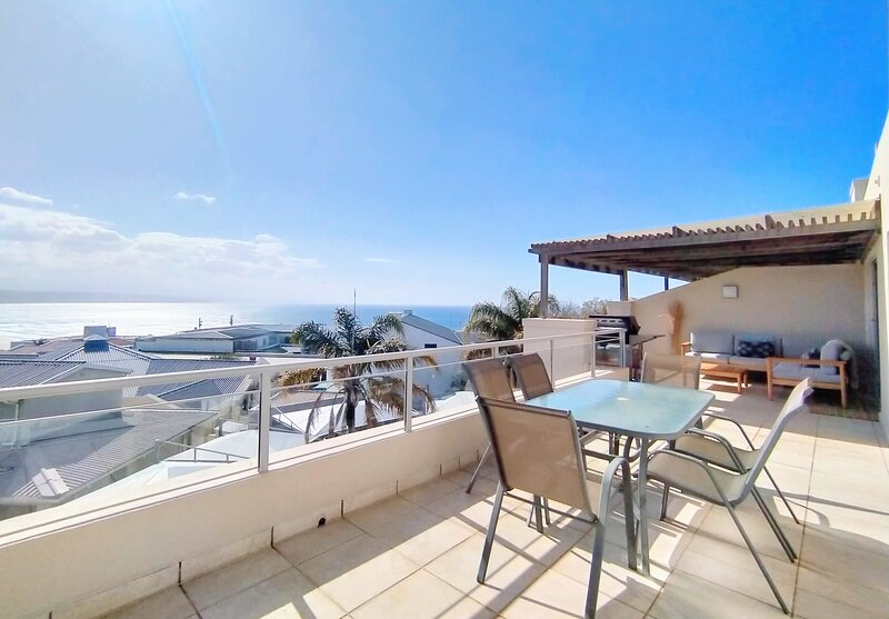 Ursula's Upmarket Apartment | Panoramic Views + Large Patio | Braai, WIFI, holiday rental in The Crags