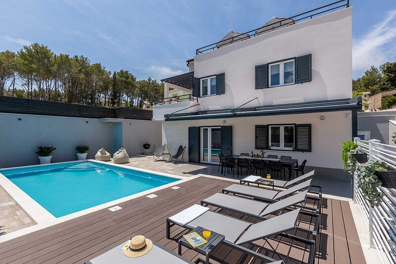 Modern villa by the sea with outdoor swimming pool, aluguéis de temporada em Milna