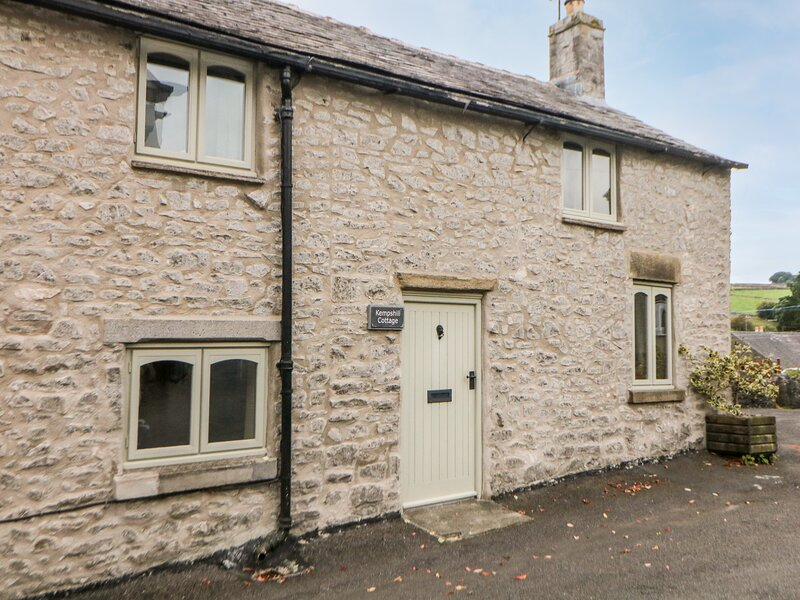 KEMPSHILL COTTAGE, woodburning stove, close to village centre in Tideswell, Ref, vacation rental in Tideswell