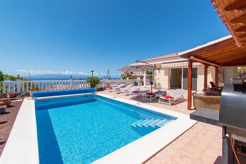 Villa Avalon. Beautiful 3 Bedroom Villa. Private Heated Pool. Sea Views, alquiler de vacaciones en Puerto de Santiago