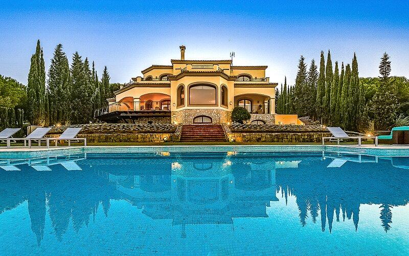 Luxury 7 bedroom Villa with Stunning Sea & Mountain Views, vacation rental in Pueblo Nuevo de Guadiaro
