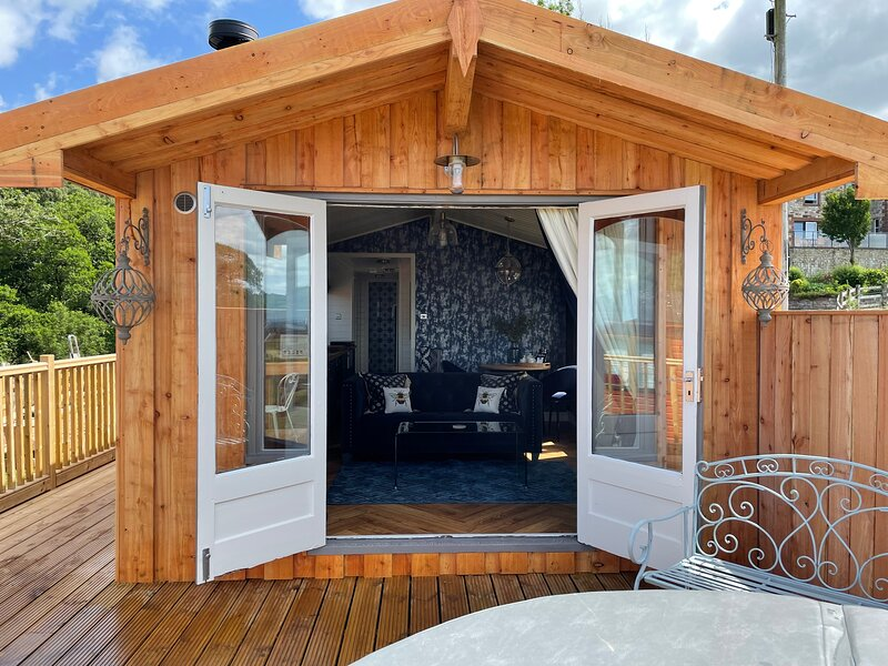 Cosy Lodge with Private Hot Tub in Tottergill Farm, holiday rental in Brampton