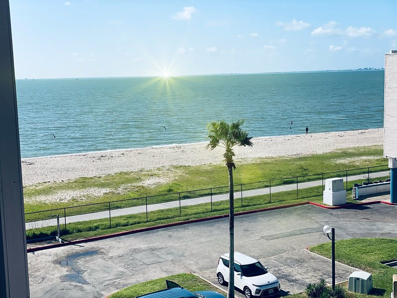 Beautiful cozy Seabeach Viewing  condo to relax and enjoy !, holiday rental in Robstown