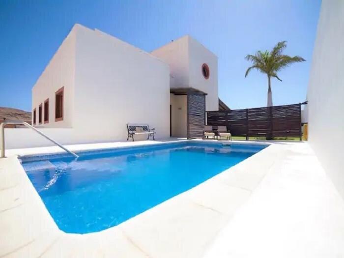 Beautiful Villa Gálea with private pool and garden, casa vacanza a Granadilla de Abona