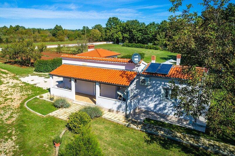 Prodol Holiday Home Sleeps 8 with Pool Air Con and WiFi - 5833518, alquiler vacacional en Manjadvorci