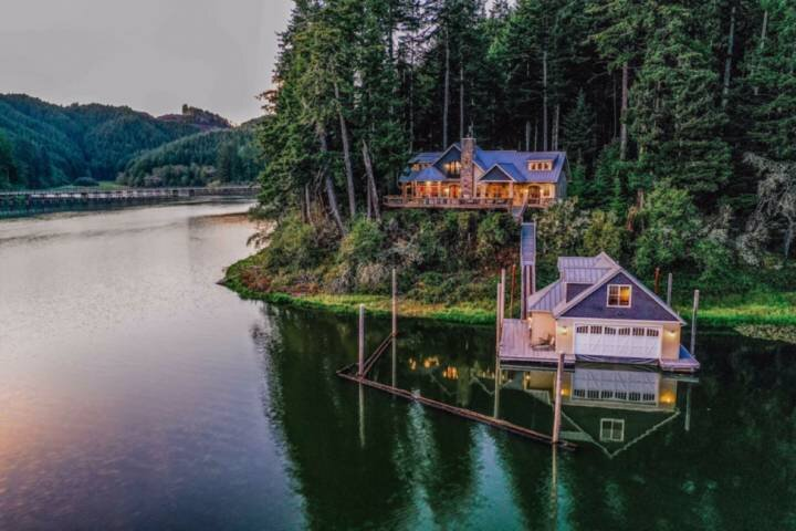 *New Listing* Luxury Villa And Boathouse On The Lake 'Boat Access Only' Stunning, holiday rental in Scottsburg