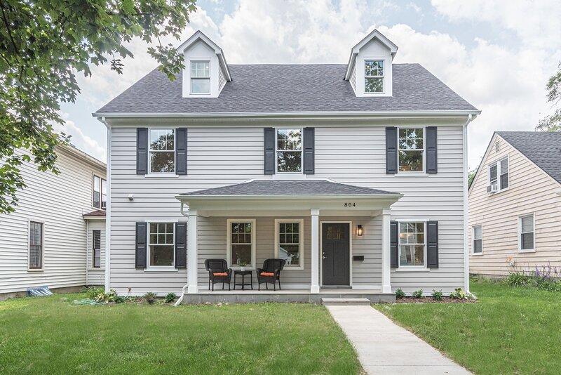 Big house near the Big House! Gorgeous 8BR/8.5BA!, alquiler de vacaciones en Ann Arbor