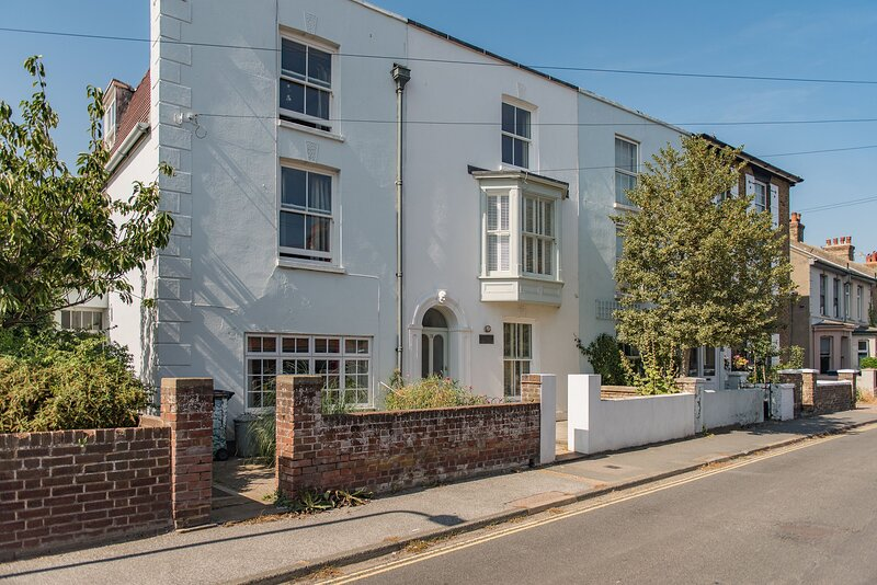 Beautifully designed, large family holiday home sleeping 8 guests in Deal Kent, holiday rental in Worth