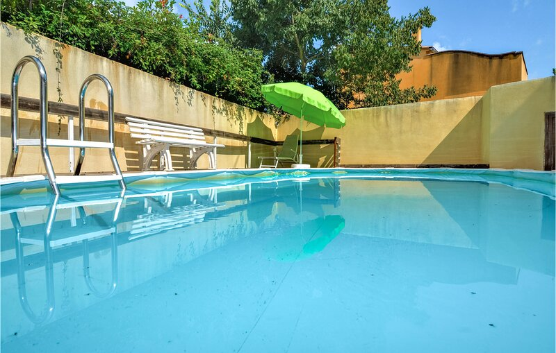 Awesome home in Crillon-le-Brave with Outdoor swimming pool and 5 Bedrooms (FPV7, holiday rental in Modene