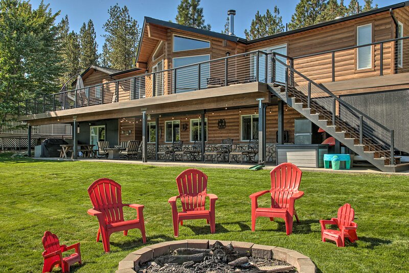 Updated Lakefront Home w/ Deck on Long Lake!, casa vacanza a Nine Mile Falls