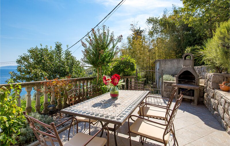Nice home in Medveja with WiFi and 3 Bedrooms (CKO207), casa vacanza a Medveja
