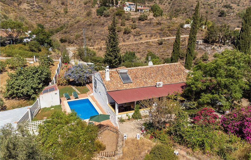 Amazing home in Rincón de la Victoria with Outdoor swimming pool, WiFi and 3 Be, vakantiewoning in Benagalbon
