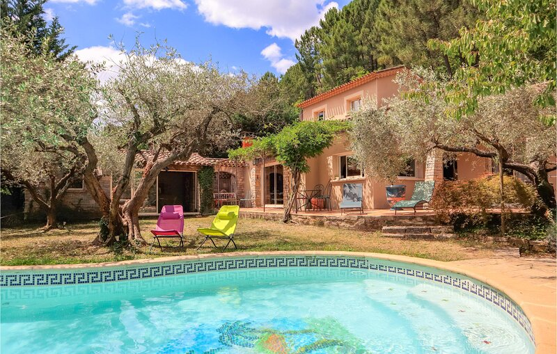 Beautiful home in S.Sébastien-d'Aigrefe. with Outdoor swimming pool, WiFi and 5, holiday rental in Generargues