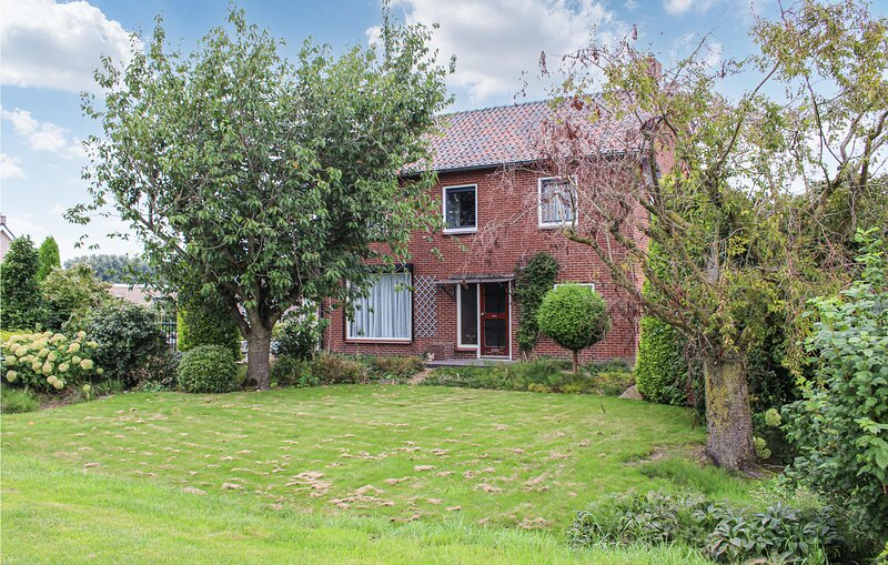 Stunning home in Acquoy with WiFi and 9 Bedrooms (HGE156), holiday rental in Aalst