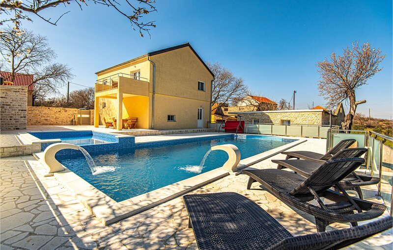 Awesome home in Sibenik with Outdoor swimming pool and 2 Bedrooms (CDJ755), casa vacanza a Velika Cista