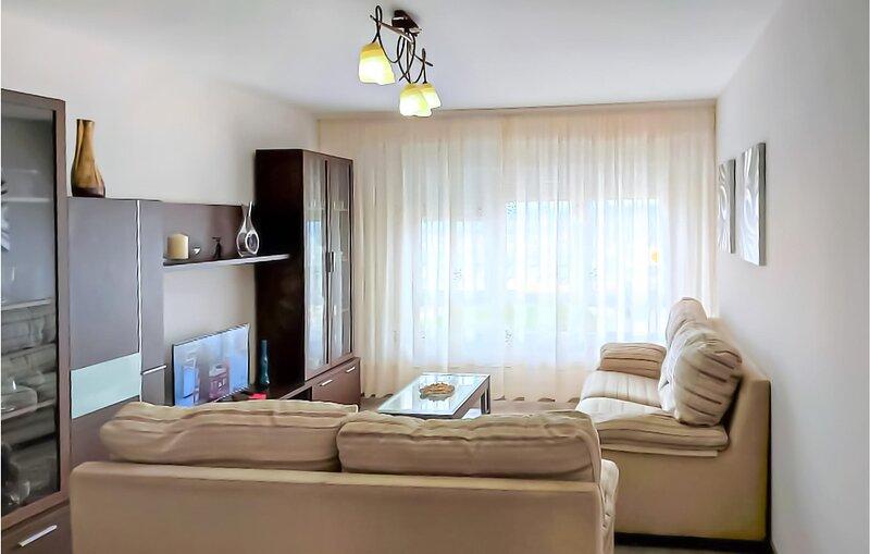 Nice apartment in Mugía with 4 Bedrooms (ESA002), vacation rental in Nemina