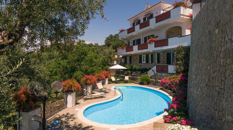 Meravigliosa villa Serena con piscina e vista sul Golfo, holiday rental in Marina di Puolo
