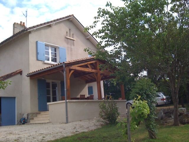 Spacious house with swimming-pool, casa vacanza a Grand-Brassac