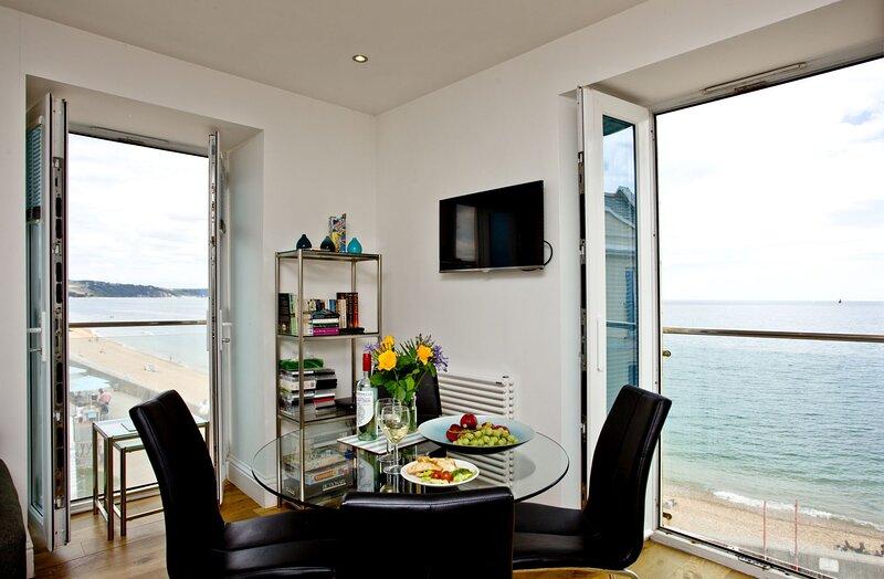 14 At The Beach - Beautiful dual aspect windows highlight the wonderful views fr, aluguéis de temporada em Torcross