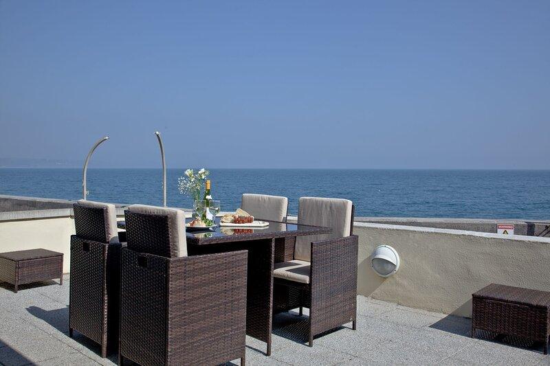 3 At The Beach - A modern beachside apartment with panoramic sea views, aluguéis de temporada em Torcross